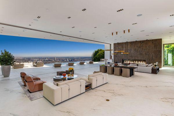 比佛利山莊地區兩處豪宅今年以7,550萬美元出售給同一買家。圖為該地區一座豪宅內...