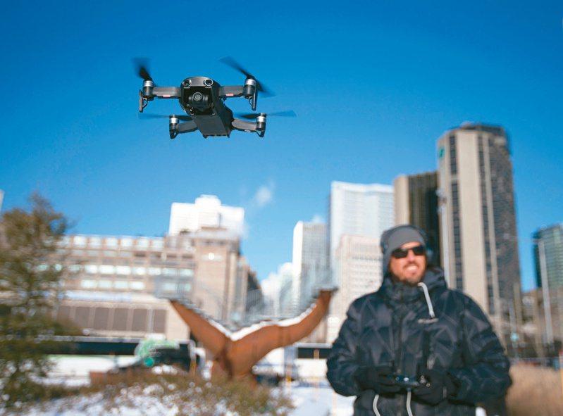 美國聯邦航空總署(FAA)頒布使用規定,允許境內小型無人機飛越民眾頭頂上空。(路透)