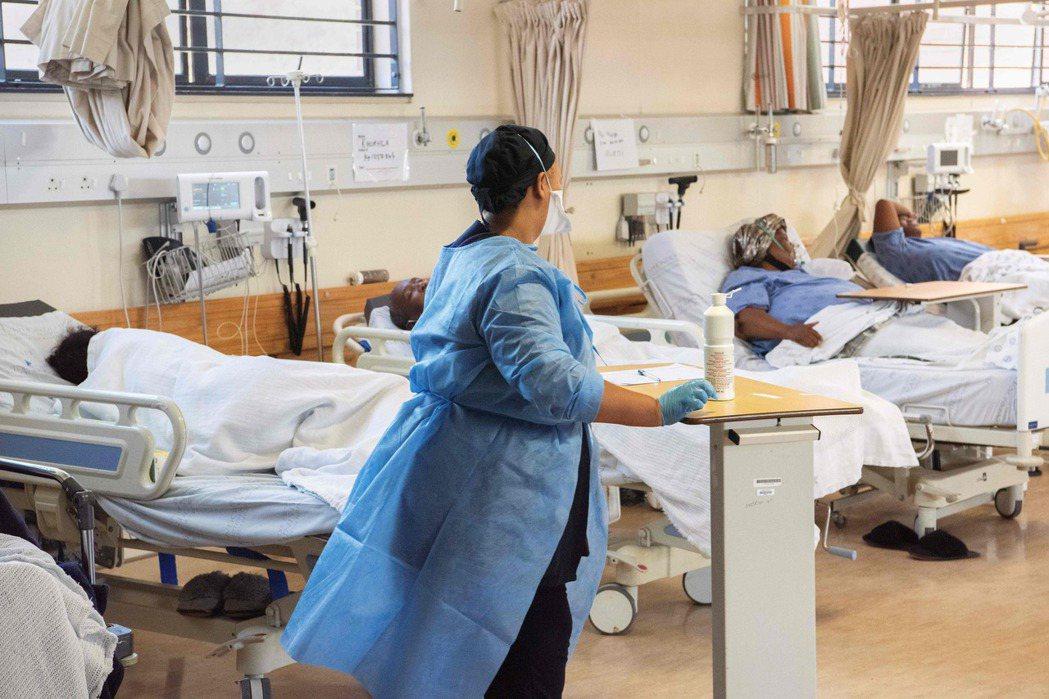 圖為南非開普敦市郊一家醫院的新冠患者病房。(法新社)