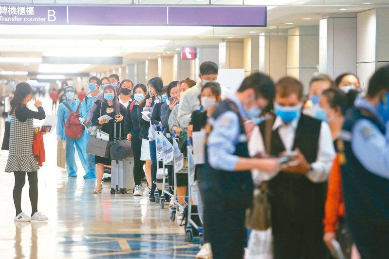 疫情中心指揮官陳時中日前表示,農曆春節大量台商返台,仍然需要維持十四天的居家檢疫。圖為桃園機場入境旅客等候確認檢疫電子申報。本報資料照片
