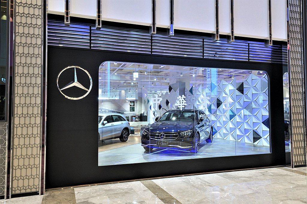 星勢力概念店現場展車區無疑是亮點之一,展示甫於台灣改款上市的全新賓士E-Clas...