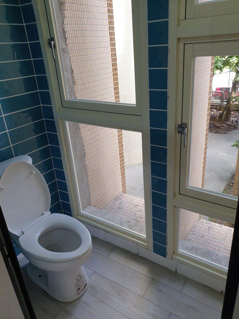 和平高中自7月14日休業式起,施工整修整棟大樓1-4層樓的廁所結構,工程費用耗資逾700萬元,完工後卻發現,馬桶、小便斗正對大片透明玻璃。圖/讀者提供