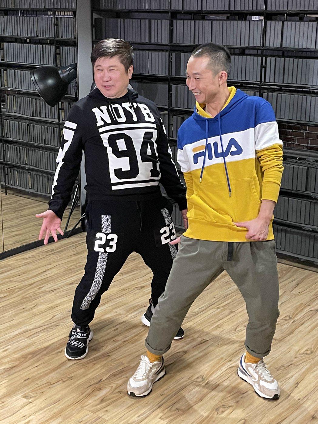 胡瓜跟浩子為跨年練舞,現場三缺一。圖/民視提供