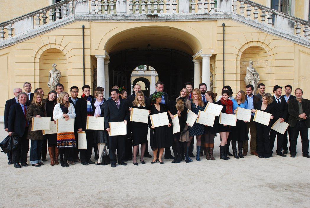 徐仲(後排左五)就讀義大利慢食學校期間,除了上課也勤跑農業第一線。圖/徐仲提供