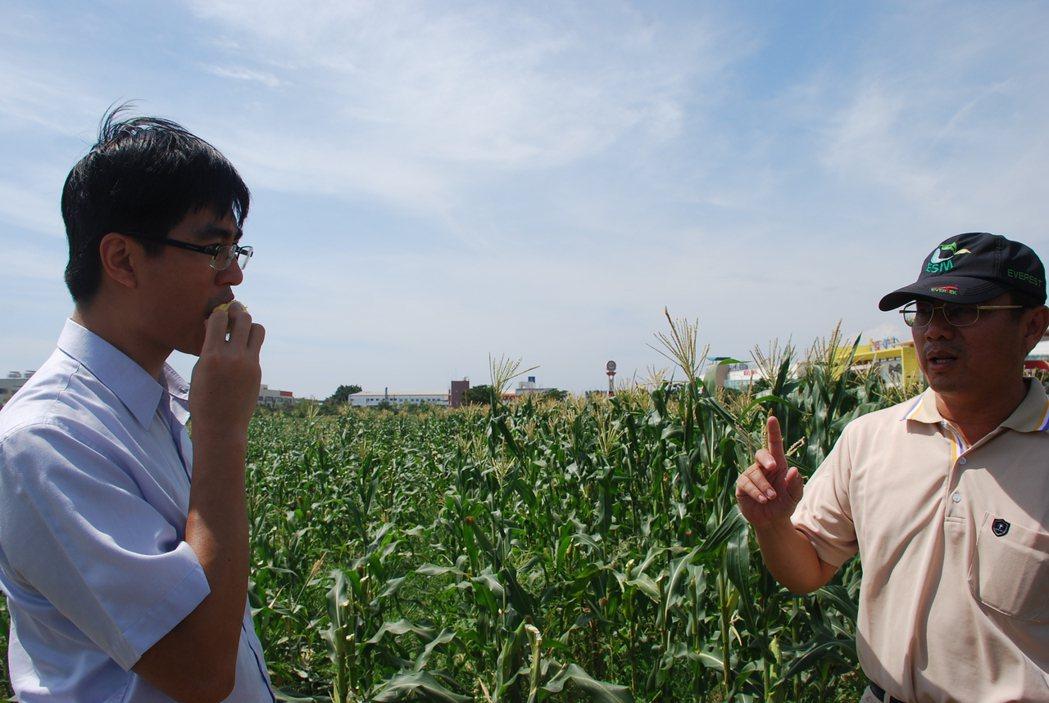徐仲(左)熱愛在第一線與農友切磋討論食材知識。圖/徐仲提供