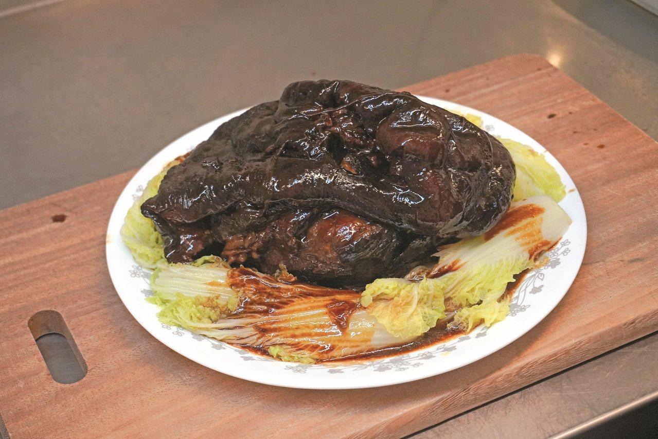 「醬肘子」是年夜飯桌上主角。 圖/山岳文化 提供