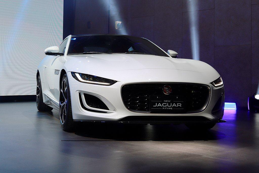 Jaguar F-Type以簡單俐落的車身線條,配上隱藏式車門把手設計與動感的電...