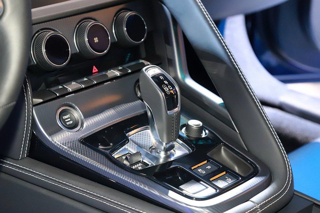 重新精進調校的Quickshift 8速手自排變速箱,使Jaguar F-Typ...