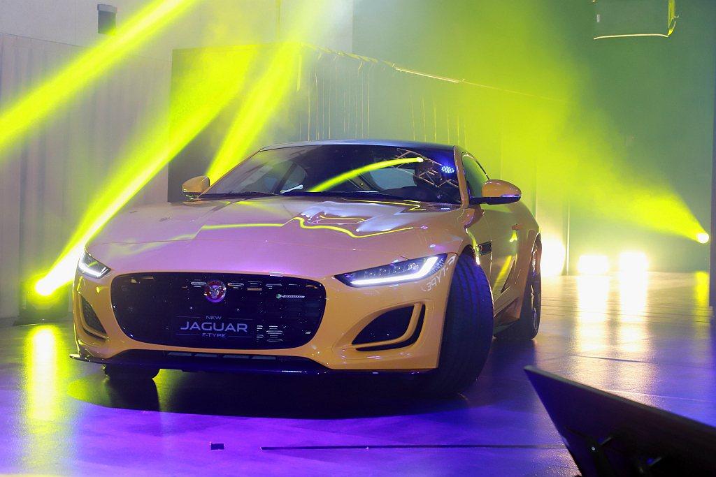 Jaguar F-Type全車系標配先進的主被動安全防護系統,包含LKA車道維持...