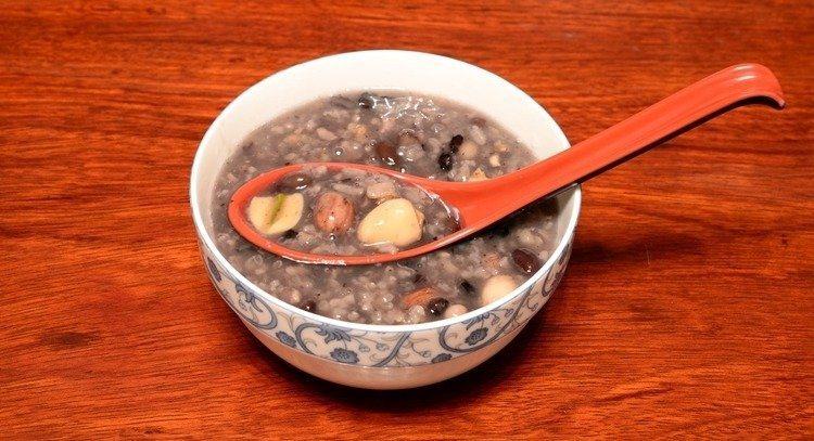 臘八節吃上一碗暖呼呼的臘八粥,可驅寒保暖、溫補脾腎。  圖/123RF