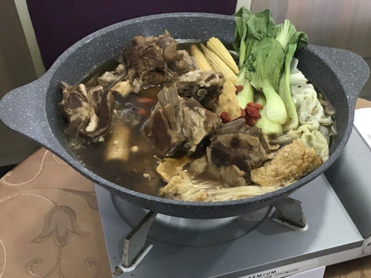 在台灣最常見的驅寒食補方法莫過於吃一鍋熱滾滾的羊肉爐了!羊肉是溫熱食物中性價比最...