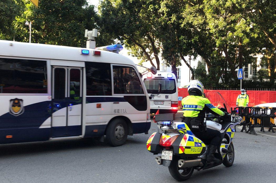 深圳法院外的警車。 圖/路透社