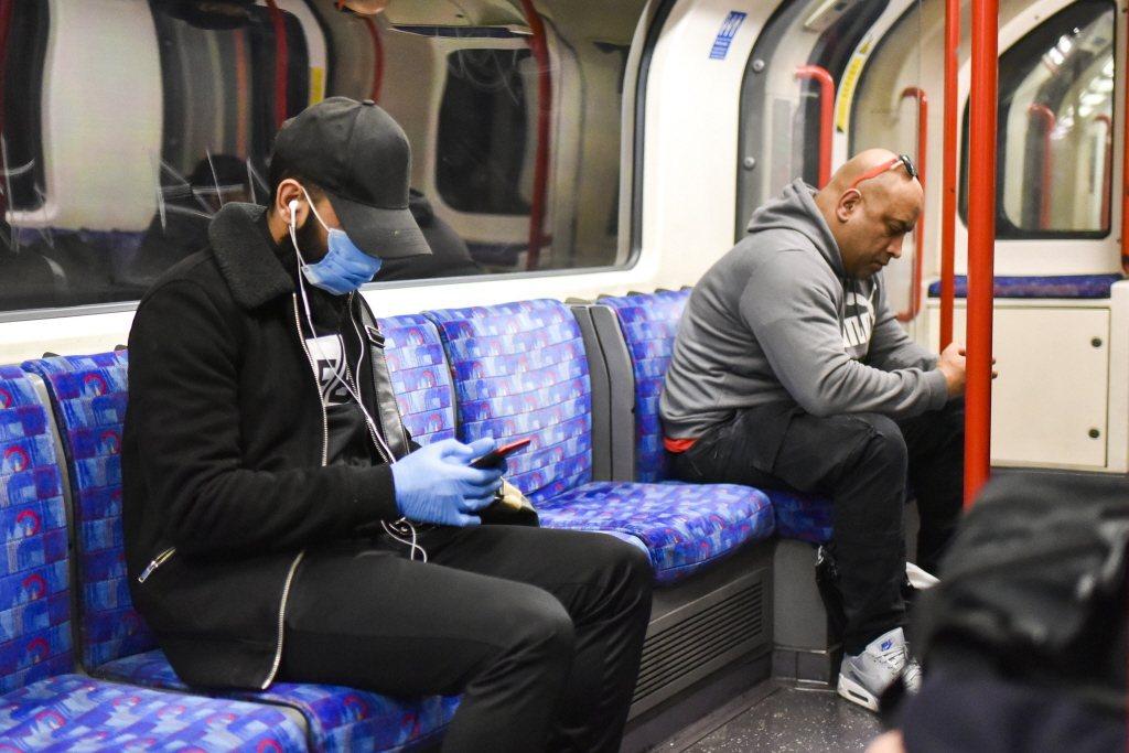 倫敦地鐵的博愛座外觀與一般座椅無異,僅有圖文標示。 圖/美聯社