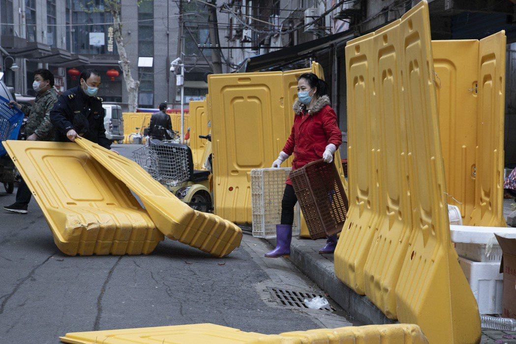 封城後到3月時疫情略有降溫,圖為4月8日武漢正式解封。 圖/美聯社