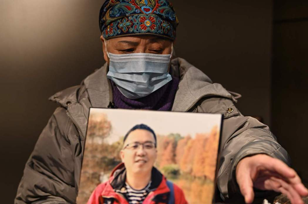 武漢肺炎死者家屬鍾漢能,替病死的兒子奔走,控告政府隱瞞真相。 圖/法新社