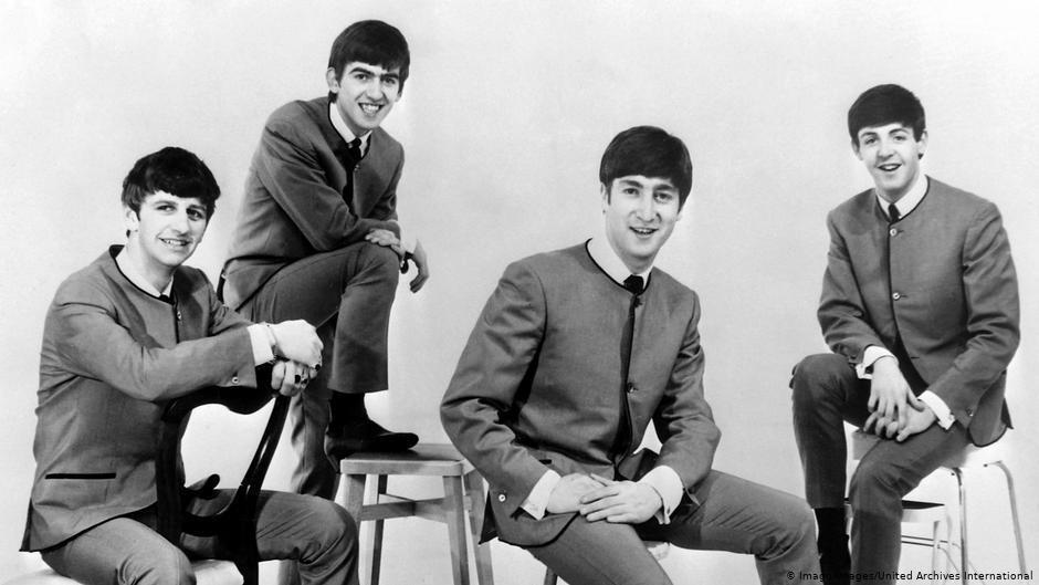 披頭四發行首張單曲時的打歌服就出自皮爾卡登。 圖/取自網路