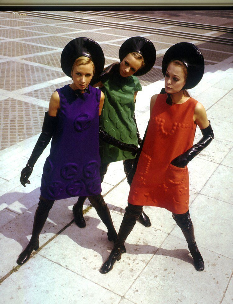 皮爾卡登方形線條的洋裝解放女性,同時也開發全新面料。 圖/摘自pierrecar...