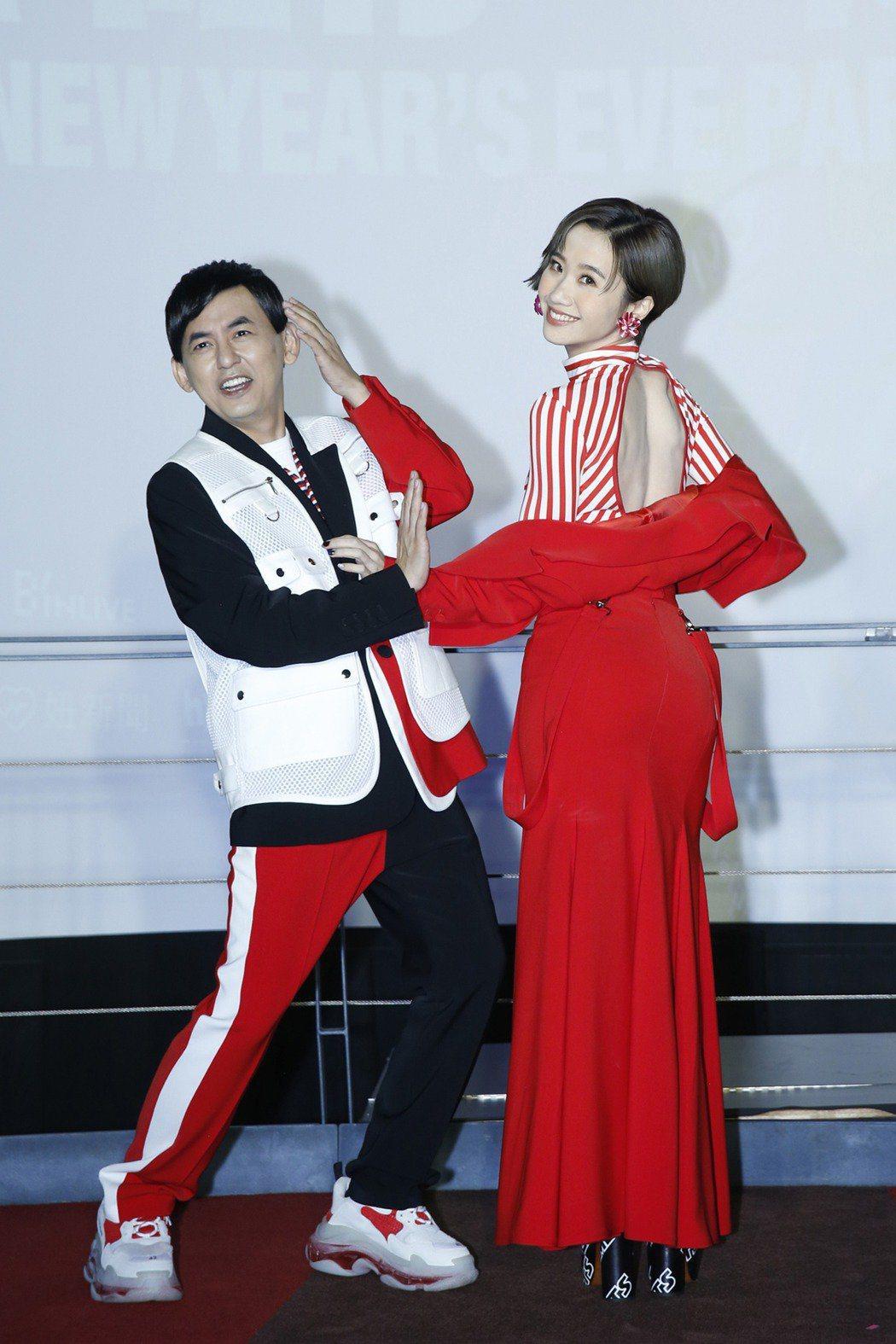 黃子佼(左)和Lulu主持「臺北最High新年城-2021跨年晚會」。圖/臺北市...