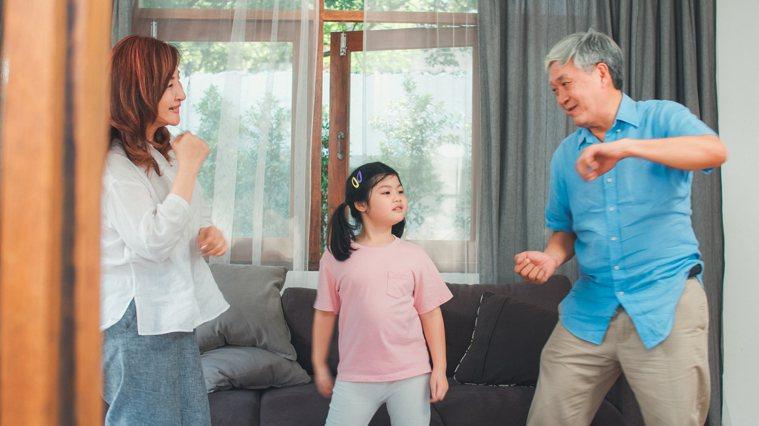 老年人運動貴在堅持,切不可逞強,循序漸進即可。要知道,運動是為了強身健體而不是給...
