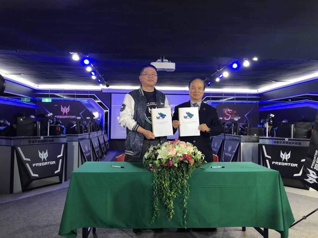 宏碁泛亞營運總部台灣區營運長張世欣(左)、樹德家商校長陳茂霖簽訂新年度產學合作案...