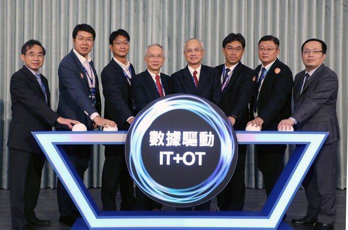 IT+OT融合創新 賦能數位化轉型,由富鴻網邱登崧總經理(左起)、網聯科技林鼎皓...