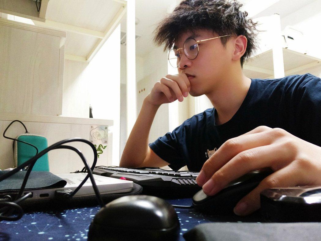 陳為鎮海青班畢業後,插大遊戲系就讀三年級,大三學年結束,榮獲遊戲系全年級第一名。...