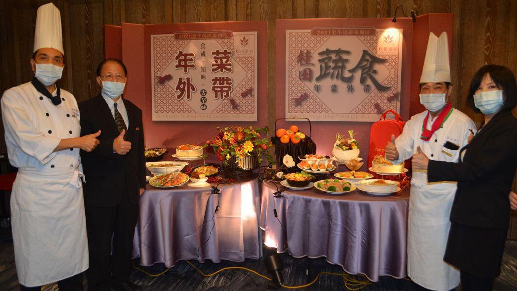 高文強主廚(左一)、張煜焜總經理(左二)、陳錫熙副總主廚(右二)、徐敏經理(右一...