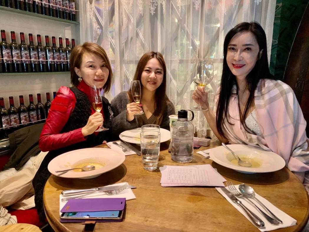 凍齡教主顧婕(右起)與餐酒會主持人LuLu及閨密,舉杯慶賀酒餐會圓滿成功。