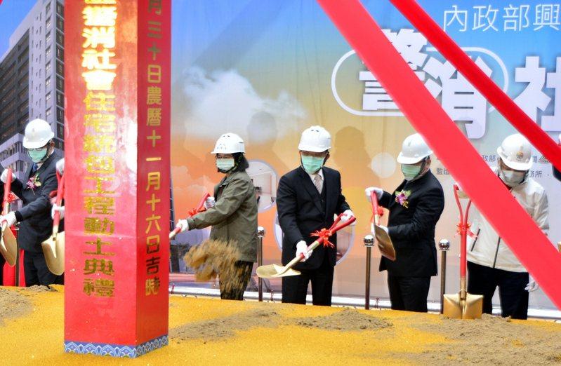 中和警消社會住宅30日開工動土,將興建16層317戶,總統蔡英文(右4)、行政院長蘇貞昌(右3)、新北市長侯友宜(右)在開工祝禱後,一起動鏟祝福開工順利。 中央社