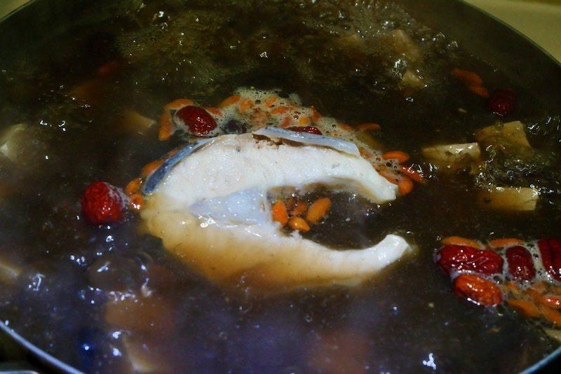 煮龍膽石斑魚養生湯: 1.湯鍋內加入作法一的高湯1000cc,開中火煮滾。2.依序加入豆腐、香菇、大白菜,蓋上鍋蓋中火煮滾。 3.續加入切塊的龍膽石斑魚後關火,用熱湯浸泡方式煮魚,蓋上鍋蓋悶,10分鐘後再開火,鍋中湯滾後熄火,撒上枸杞再悶約2分鐘,完成了。