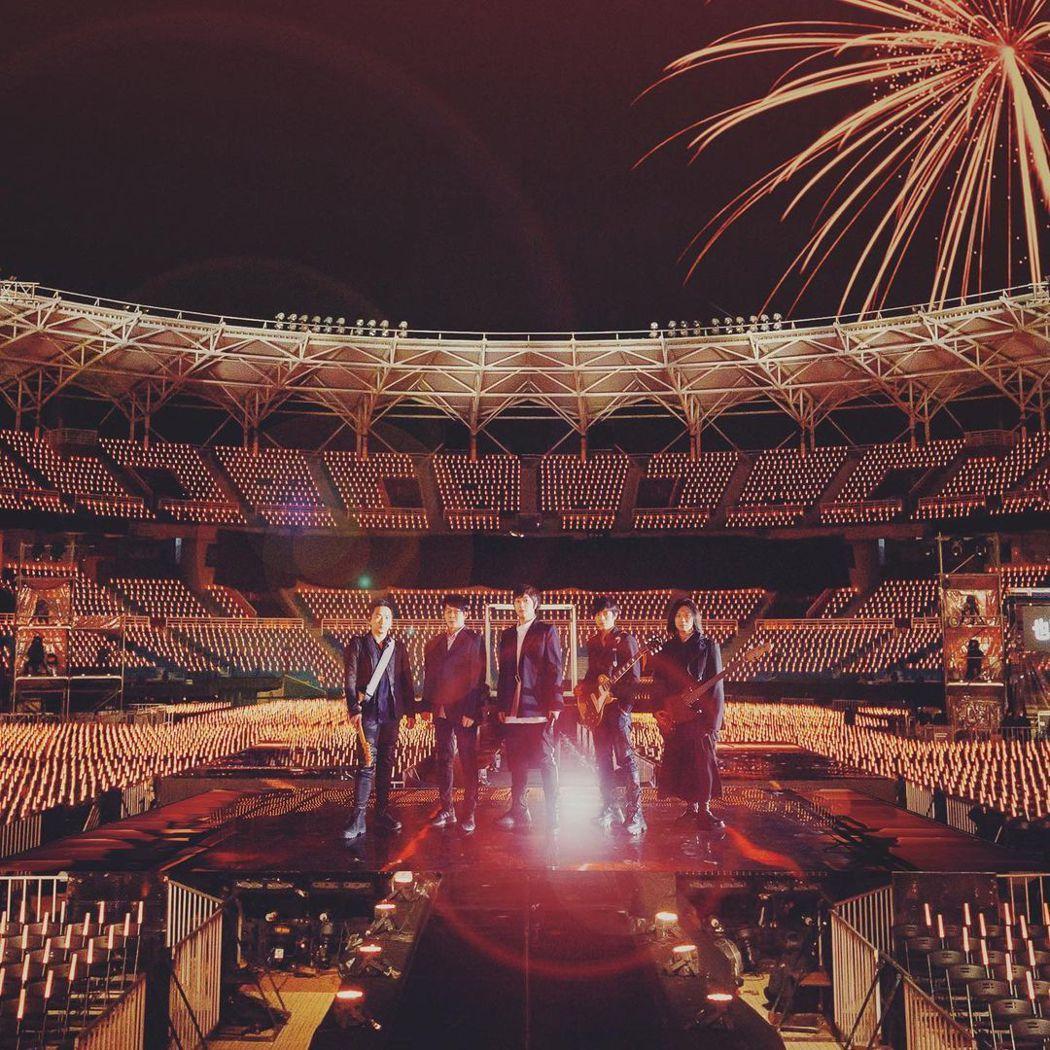 五月天宣布31日會有線上特別版跨年演唱會。圖/摘自IG