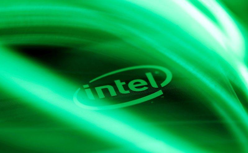 避險基金建議晶片大廠英特爾(Intel)考慮分拆製造和設計等選項。(路透)