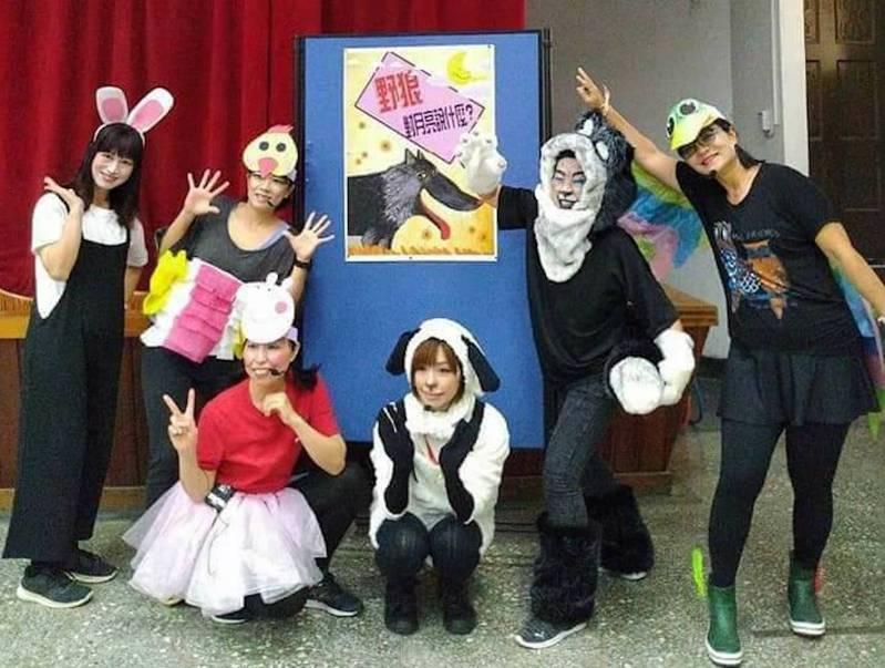 志同道合的志工爸爸媽媽組成LDS故事劇團,平常說故事表演給孩子們看,每年也會配合學校政策演出大型宣導劇。圖/桂林國小提供