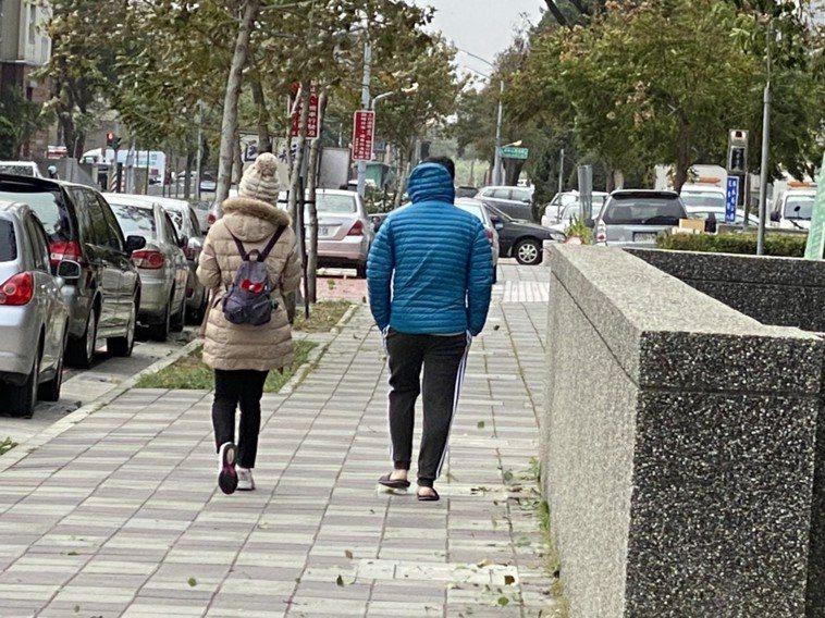 寒流來襲,民眾出門穿厚冬衣,包得緊緊的。記者魯永明/攝影