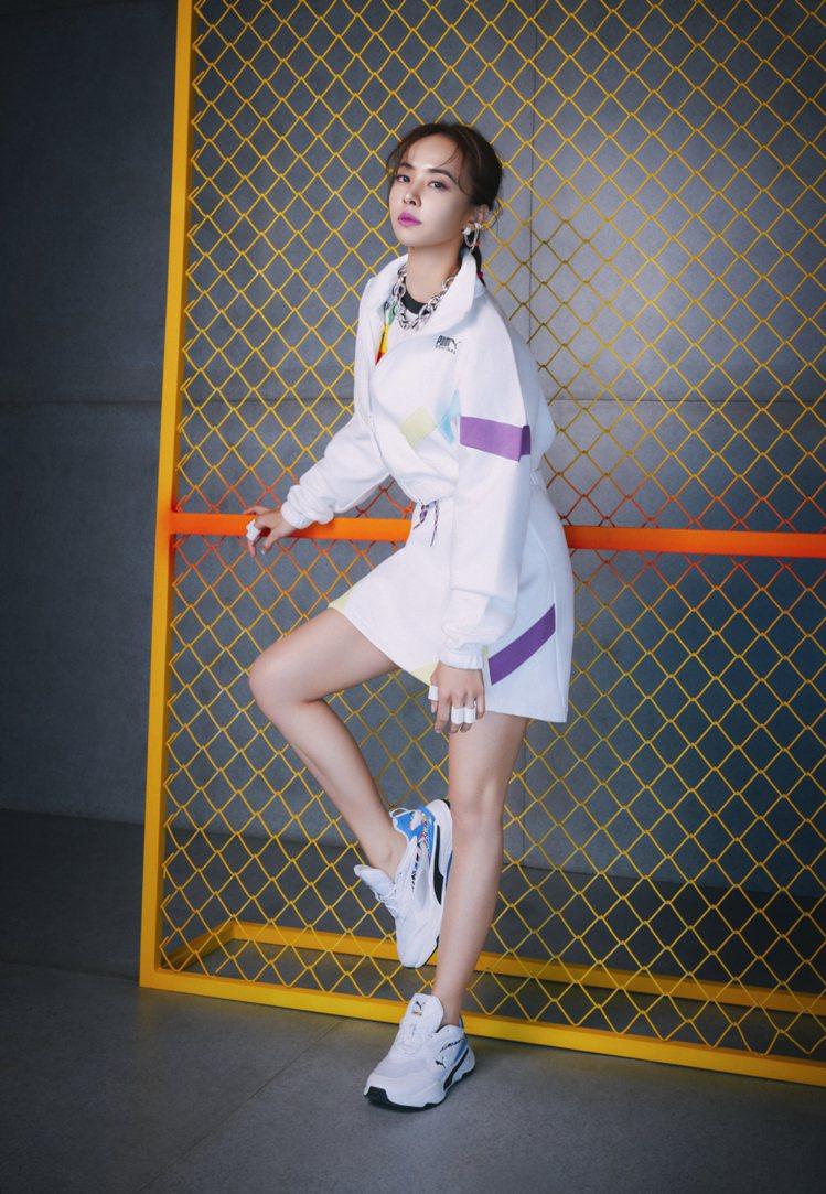 蔡依林詮釋INTL GAME系列立領外套2,580元、短裙1,480元、印花短袖...