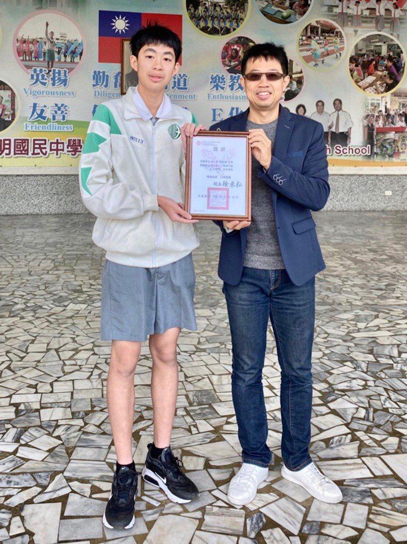英明國中校長徐東弘在朝會上表揚劉育倫見義勇為的精神。圖/英明國中提供