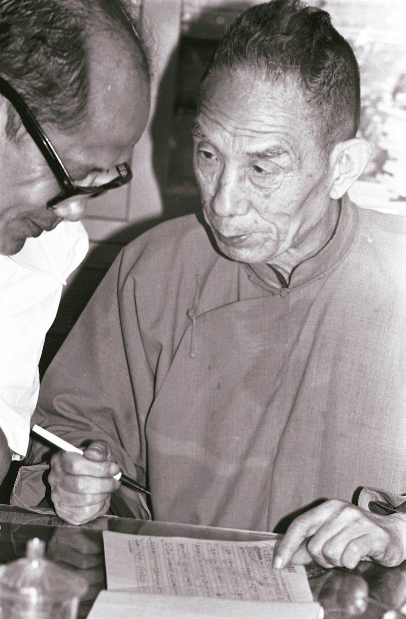 牟宗三先生在聯合報資料室修訂自己文稿,左為台大教授陳修武。 (圖/本報資料照片)