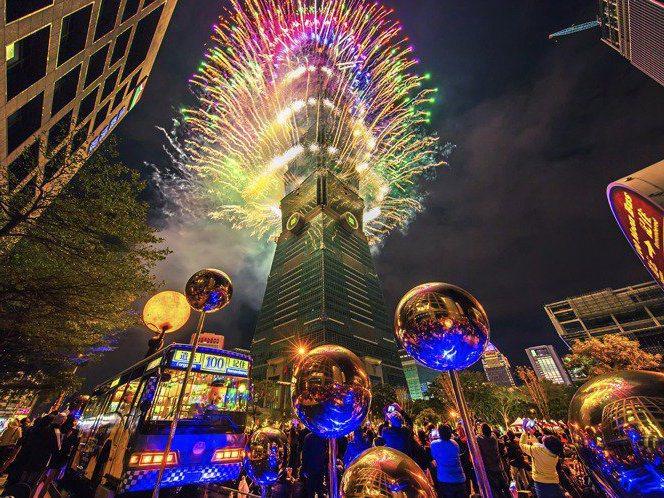 台北101日前宣布長達300秒的跨年煙火照放,鄰近信義區百貨、餐飲業者們大家都鬆一口氣,卯起來搶業績。圖/台北101提供