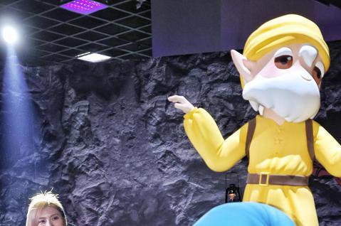白雪公主與七矮人特展在中正紀念堂展廳舉行,藝人豆花妹(蔡黃汝)受邀為活動揭幕啟用,也一償悠遊童話世界的美麗幻想。