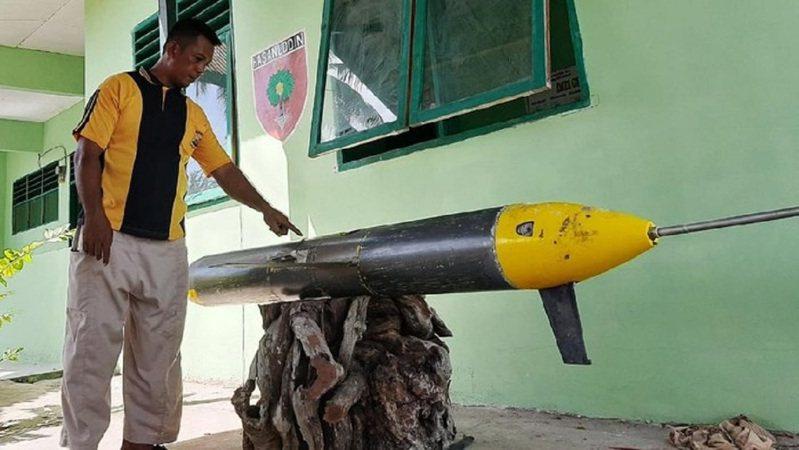 印尼一位漁民日前撈起一具無人水下載具(UUV),可見一具拖曳天線直接從尾錐延伸出來,符合中國水下滑翔機的獨家特徵。畫面翻攝:Detik.com