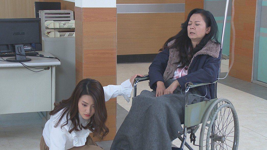 顏曉筠(左)在「多情城市」中假公主身份,遭飾演生母的高欣欣拆穿。圖/民視提供