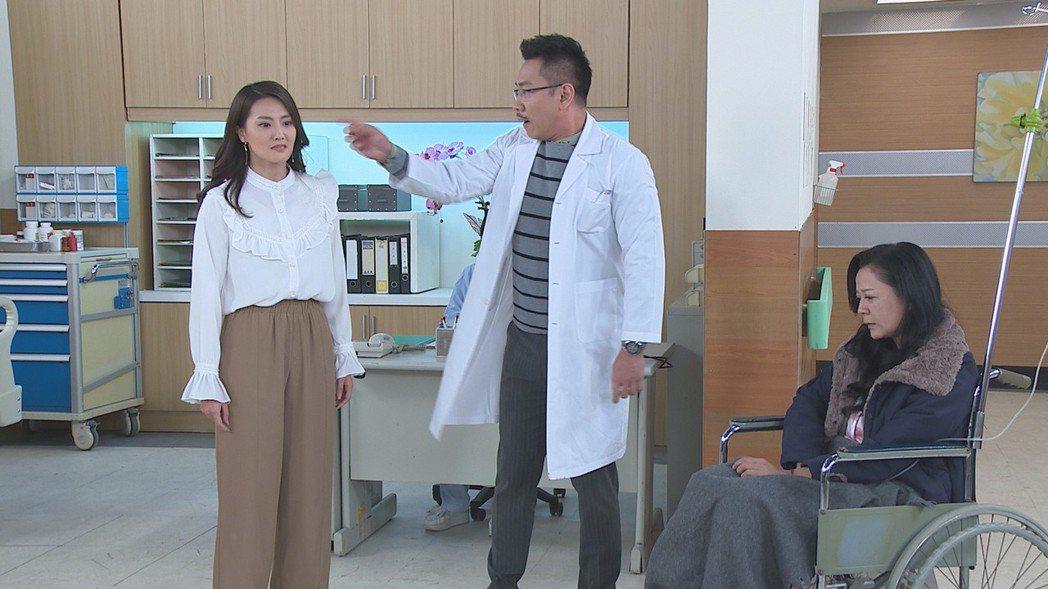顏曉筠(左起)在「多情城市」中假冒醫院院長(江俊翰飾演)之女,遭到演出生母的高欣...