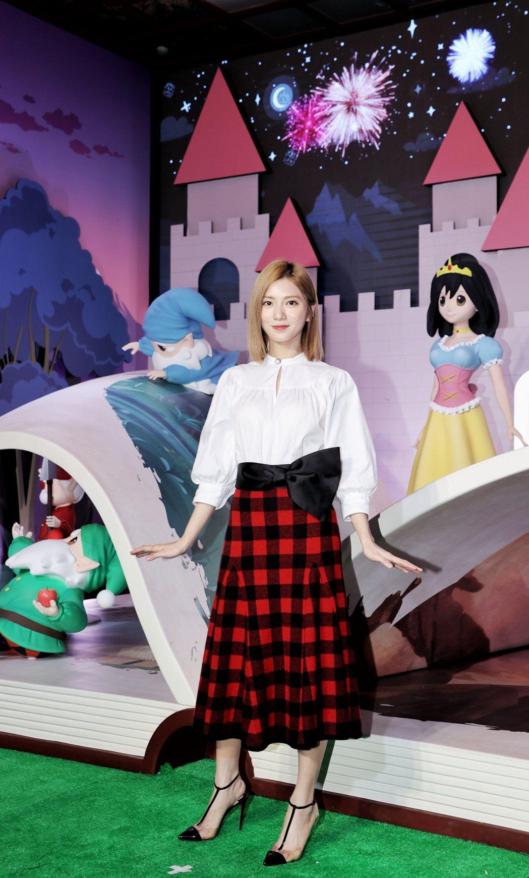 蔡黃汝(豆花妹)搶先朝聖「格林童話-白雪公主與七矮人特展」。記者陳正興/攝影