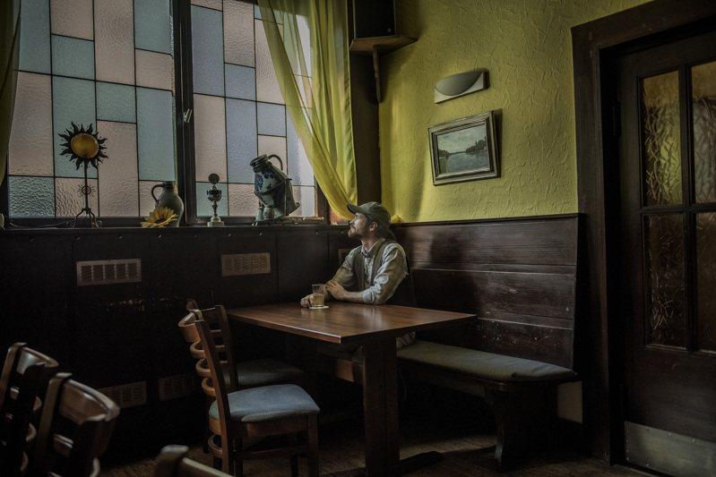 德國極右派激進分子、陸軍少尉法蘭可.A(Franco A.)今年7月9日在奧芬巴赫鎮的一家酒吧,接受紐約時報訪問。圖/取自紐約時報