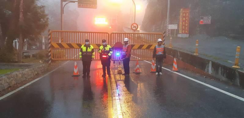 因應寒流,台8線中橫公路洛韶至榮興路段,今天傍晚由警方及公路單位協助預警性封路。圖/新城警分局提供