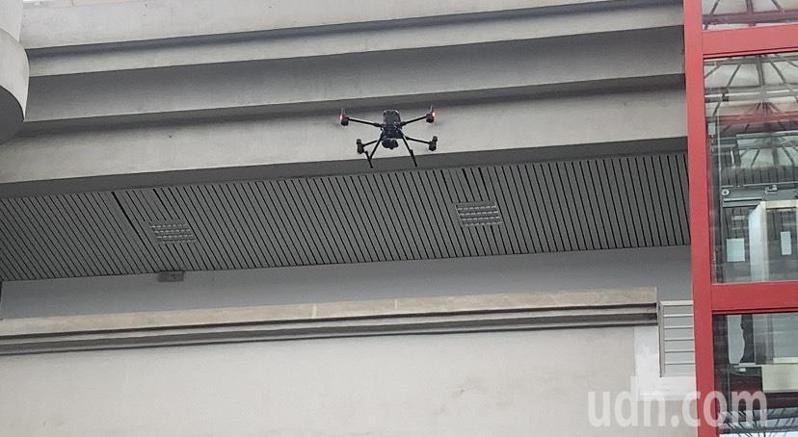 雲林縣警局今天實際示範無人機監控擄人勒贖攻堅逮捕情境,呈現科技辦案優勢。記者陳苡葳/攝影