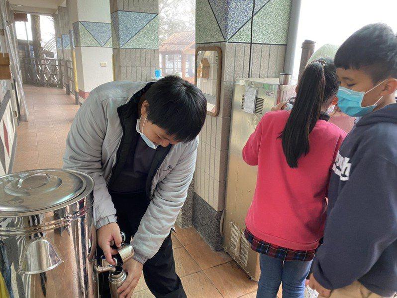 巴崚國小校長高理忠為師生準備料理澎湃的「校長鍋」吃暖吃飽。圖/桃園市巴崚國小提供