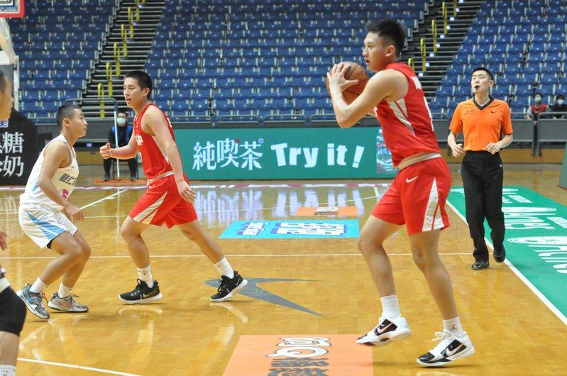 陳將双(右)和莊朝勝(右二)合轟59分。記者曾思儒/攝影