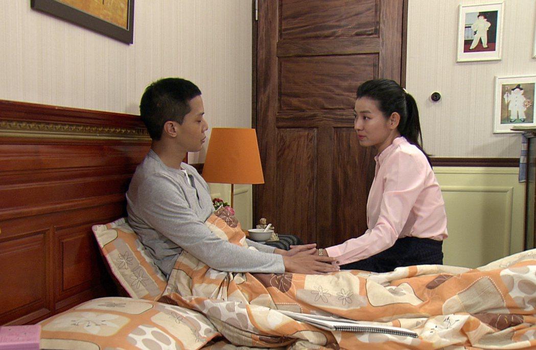 薛仕凌(左)、米可白夫妻告別。圖/台視提供