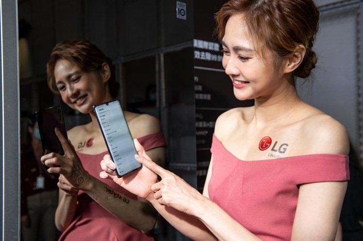 LG Styler蒸氣電子衣櫥內建智慧Wi-Fi 功能,可透過LG ThinQ ...